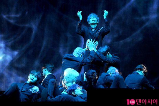 타이틀곡 '독:Fear' 무대를 선보이는 세븐틴.