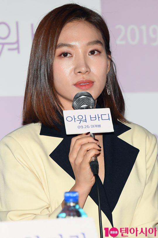 배우 최희서가 17일 오후 서울 CGV용산 아이파크몰에서 열린 영화 '아워 바디' 언론시사회에 참석해 인사말을 하고 있다.