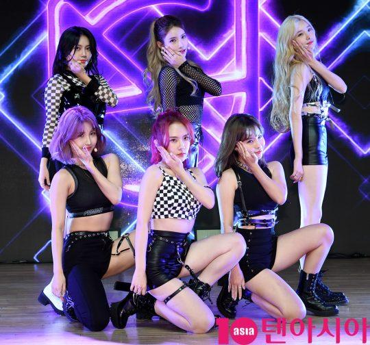 걸그룹 ANS(에이앤에스)(달린, 비안, 담이, 로연, 리나, 라온)가 17일 오후 서울 강남구 청담동 일지아트홀에서 열린 데뷔 앨범 'BOOM BOOM' 쇼케이스에서 열정적인 무대를 선보이고 있다.
