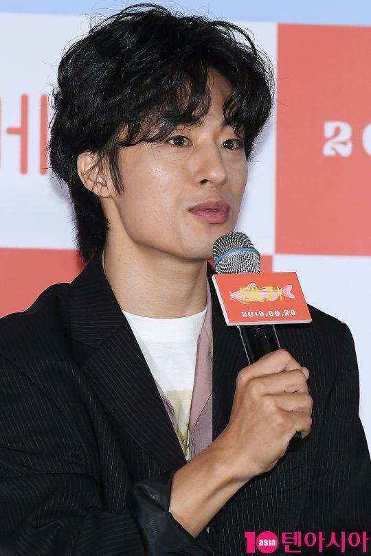 배우 구교환이 17일 오후 서울 CGV 용산아이파크몰에서 열린 영화 '메기' 언론시사회에 참석해 인사말을 하고 있다.