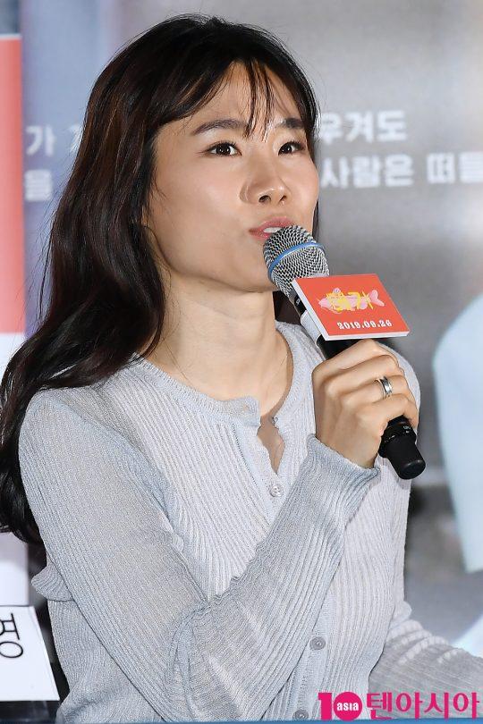 이옥섭 감독이 17일 오후 서울 CGV 용산아이파크몰에서 열린 영화 '메기' 언론시사회에 참석해 인사말을 하고 있다.
