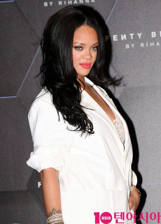 세계적 팝스타 겸 배우 리한나(Rihanna)가 17일 오후 서울 올림픽대로 롯데월드타워에서 열린 메이크업 브랜드 펜티 뷰티(Fenty Beauty) 뷰티클라스에 참석하고 있다.