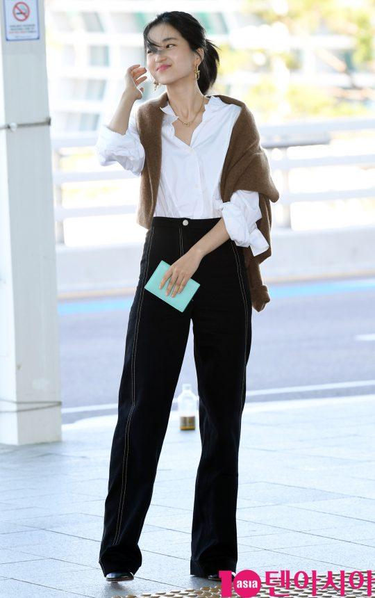 배우 김태리가 18일 오전 브랜드 전시회 참석차 인천국제공항을 통해 중국으로 출국하고 있다.