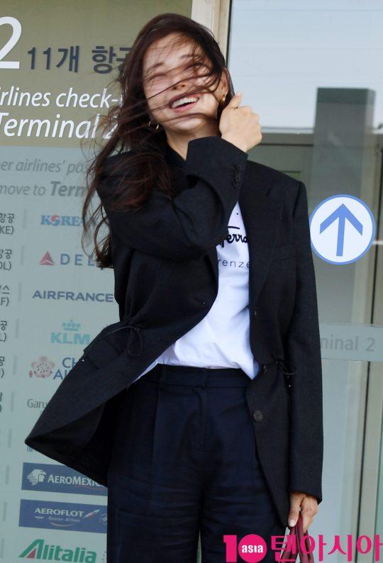 배우이하늬가 18일 오후 패션쇼 참석차 인천국제공항을 통해 밀라노로 출국하고 있다.