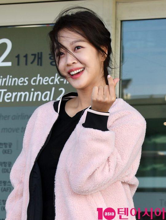 배우 조보아가 18일 오후 화보 촬영차 인천국제공항을 통해 태국으로 출국하고 있다.
