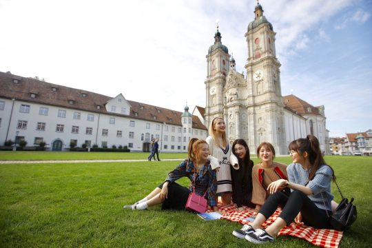 스위스 생 갈렌의 수도원 앞 잔디광장에 모인 레드벨벳 /스위스관광청 제공