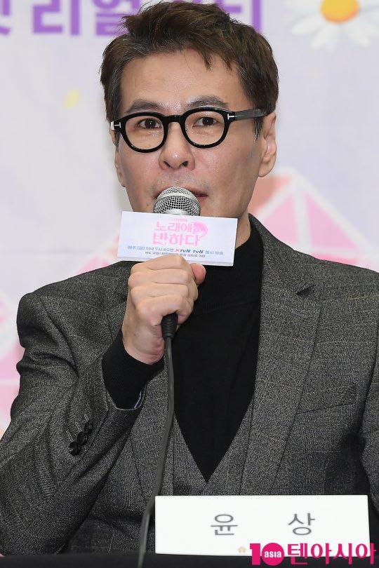 가수 윤상이 19일 오후 서울 상암동 스탠포드호텔에서 열린 tvN 예능 '노래에 반하다' 제작발표회에 참석해 인사말을 하고 있다.