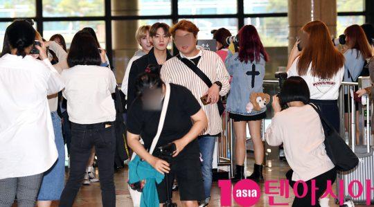 그룹 디원스(우진영, 박우담, 김현수, 정유준, 조용근)가 20일 오전 프로모션 참석차 김포국제공항을 통해 일본으로 출국하고 있다.