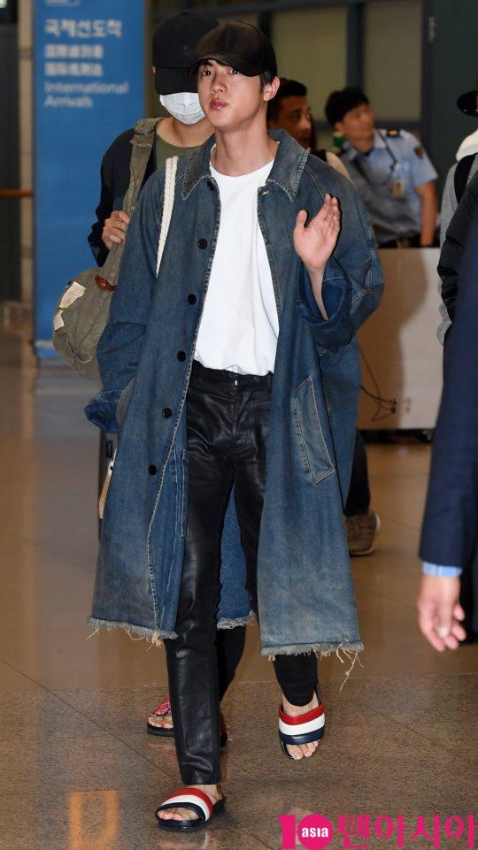 """그룹 방탄소년단(BTS)(RM, 슈가, 진, 제이홉, 지민, 뷔, 정국) 진이 24일 오전 뉴질랜드 남섬에서 BTS의 여행 프로그램 """"Bon Voyage"""" 촬영을 마치고 인천국제공항을 통해 입국하고 있다."""