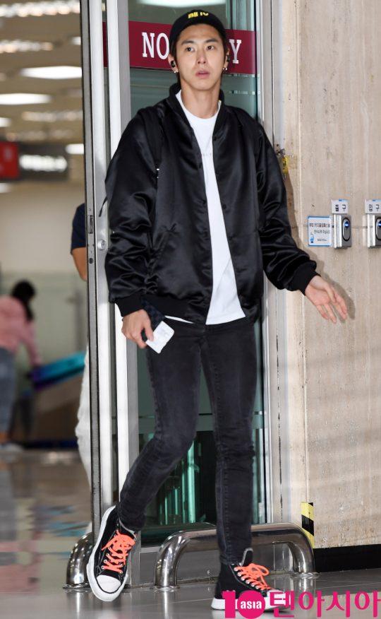 동방신기(TVXQ) 멤버 유노윤호가 24일 오전 일본 해외일정을 마치고 김포국제공항을 통해 입국하고 있다.