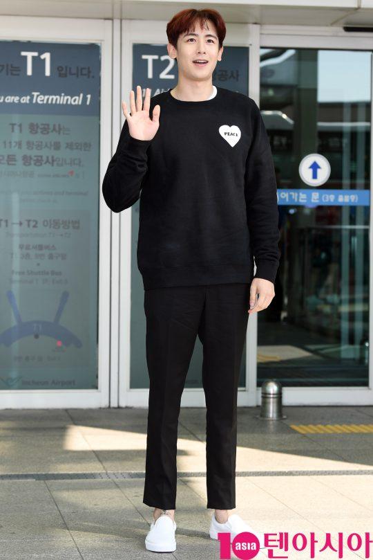 그룹 2PM 닉쿤이 24일 오전 태국 Kcon 참석차 인천국제공항을 통해 방콕으로 출국하고 있다.