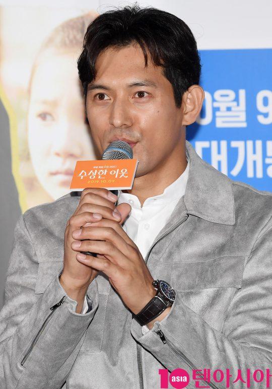 배우 오지호가 25일 오후 서울 자양동 롯데시네마 건대입구점에서 열린 영화 '수상한 이웃' 언론시사회에 참석하고 있다.