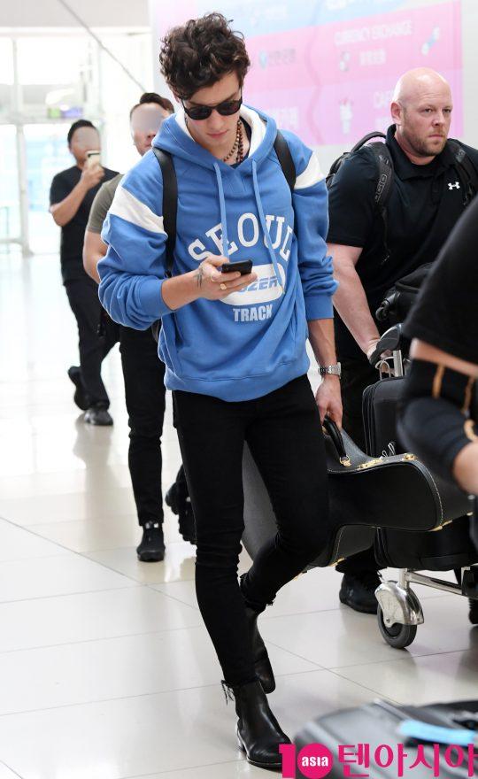 캐나다 출신 싱어송라이터 숀 멘데스(Shawn Mendes)가 26일 한국에서 첫 아시아투어를 마치고 인천국제공항을 통해 중국으로 출국하고 있다.