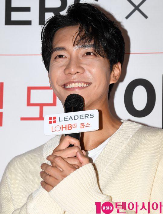 배우 이승기가 26일 오후 서울 이태원동 롭스 매장에서 열린 모델인 이승기 팬사인회에 참석하고 있다.