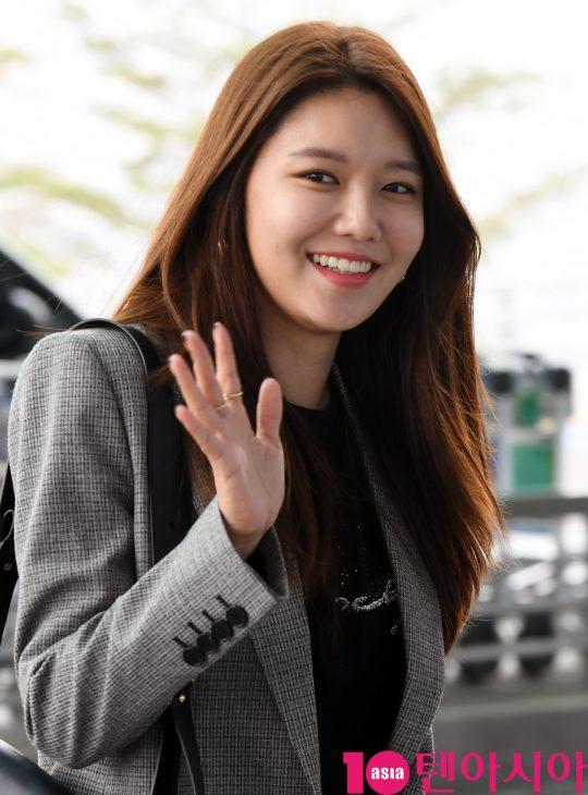 가수 겸 배우 수영이 27일 오전 패션쇼 참석차 인천국제공항을 통해 파리로 출국하고 있다.