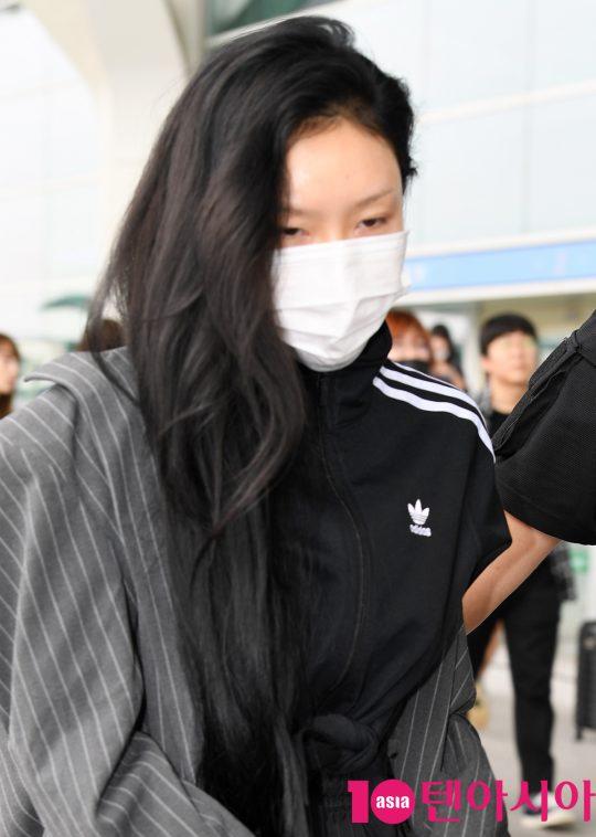 걸그룹 마마무(솔라,문별,휘인,화사) 화사가 27일 오후 해외일정 참석차 인천국제공항을 통해 홍콩으로 출국하고 있다.