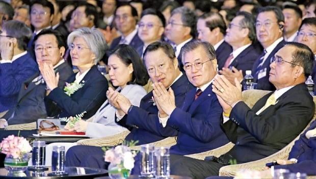 태국을 공식방문 중인 문재인 대통령과 쁘라윳 짠오차 태국 총리가 2일 방콕 시내 인터컨티넨탈호텔에서 열린 한·태국 비즈니스 포럼에 참석해 박수를 치고 있다. 오른쪽부터 쁘라윳 총리, 문 대통령, 박용만 대한상의 회장. /연합뉴스