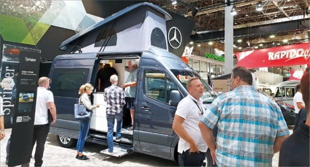 뒤셀도르프에서 지난달 31일 개막한 '캐러밴 살롱 2019'에서 바이어들이 벤츠와 베스트팔리아의 협업 차량을 둘러보고 있다.  뒤셀도르프=김낙훈 기자
