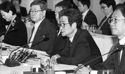 이목희 일자리위원회 부위원장(오른쪽 두 번째)이 3일 서울 프레스센터에서 열린 제12차 일자리위원회에서 인사말을 하고 있다. /연합뉴스