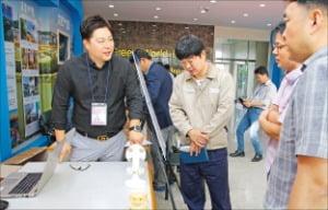 안현수 지프코리아 대표(맨 왼쪽)가 유해화학물질 자동감지시스템 센서 등 주요 부품을 소개하고 있다.  /지프코리아 제공