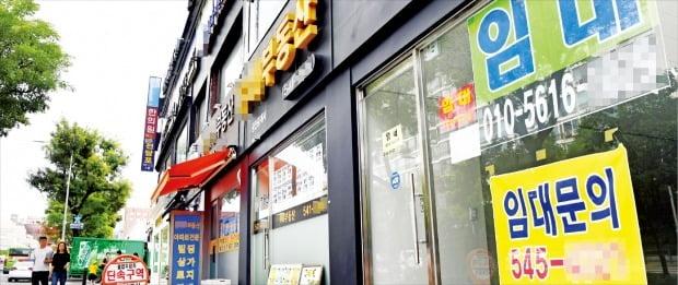 8월 소비자물가가 사상 처음으로 마이너스를 기록하면서 디플레이션 우려가 커지고 있다. 3일 서울 압구정동 일대 빌딩에 '임대 문의'를 안내하는 현수막들이 걸려 있다.   /허문찬  기자  sweat@hankyung.com
