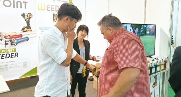 서울 문래동의 한빛테크랩 관계자들이 독일 바이어(오른쪽)와 잡초제거기 관련 상담을 하고 있다.  쾰른=김낙훈 기자
