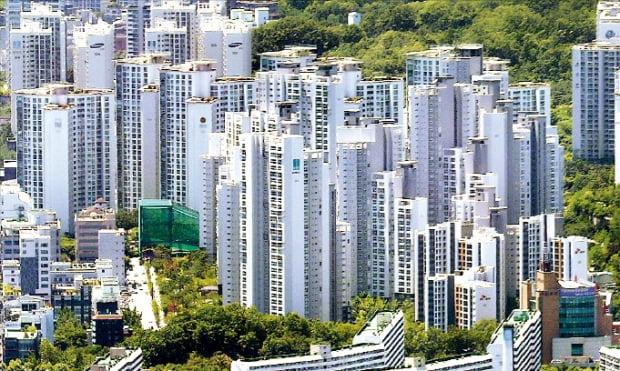 지난달 마지막주 중대형 아파트값이 0.14% 오르며 모든 규모의 아파트 중 최고 상승률을 기록했다. 고가 아파트가 모여 있는 서울 강남구 대치동 일대.  한경DB
