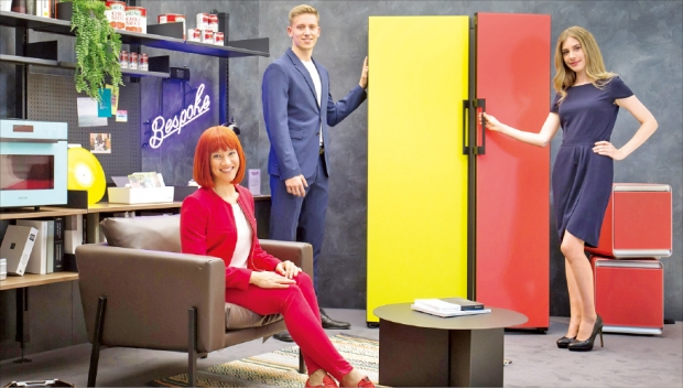 'IFA 2019' 공식 모델(왼쪽)이 5일(현지시간) 삼성전자 전시장에서 맞춤형 냉장고 '비스포크'를 소개하고 있다.  삼성전자 제공