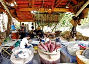 락족의 고유문화를 간직한 꾸란 민속마을