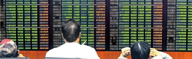 코스피지수가 사상 최대폭으로 급락한 2008년 10월 16일 서울 목동의 한 증권사 지점에서 투자자들이 시세판을 바라보고 있다. 한경DB