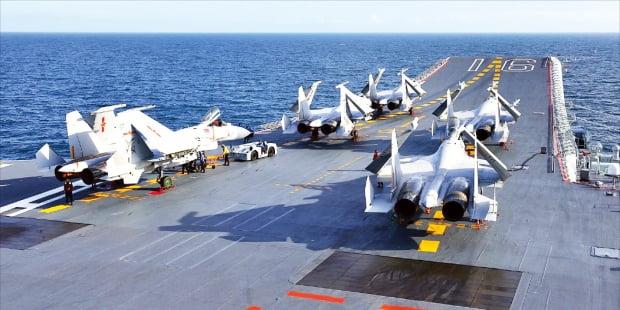 중국의 최초이자 유일한 항공모함인 랴오닝함에서 젠-15 전투기가 이륙을 준비하고 있다. 신화연합뉴스