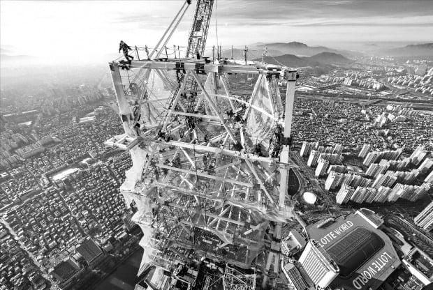 국내 최고층 건물인 서울 잠실 롯데월드타워 100층 이상 구간에 적용한 다이아그리드 구조 시공 당시 모습.  롯데물산 제공