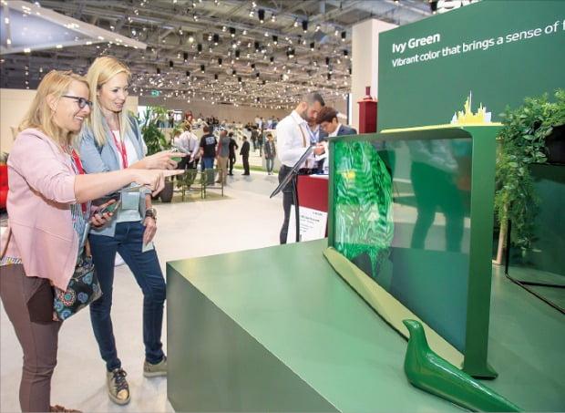 관람객들이 7일(현지시간) 'IFA 2019'에서 명품 가구처럼 디자인한 삼성전자의 라이프스타일 TV '더 세리프'를 살펴보고 있다.   /삼성전자  제공