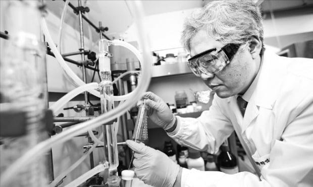 한국화학연구원 실험실에서 원종찬 책임연구원이 연구에 열중하고 있다.  /한국화학연구원 제공