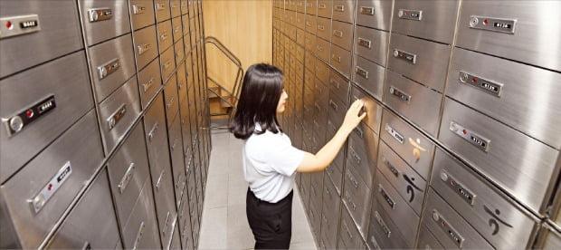 신한·국민·KEB하나·우리·농협 등 국내 5대 은행은 전국 3180개 점포에 대여금고실을 운영하고 있다. KEB하나은행 직원이 10일 서울 을지로에 있는 본점 대여금고실 이용방법을 설명하고 있다. 여기엔 1638개의 대여금고가 있다.  /강은구 기자 egkang@hankyung.com