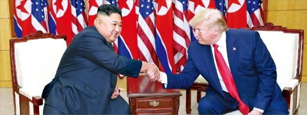 북한이 이달 하순께 미·북 협상을 제안하고 도널드 트럼프 미국 대통령이 긍정적인 반응을 내면서 이르면 이달 말 양국의 비핵화 실무협상이 재개될 전망이다. 트럼프 대통령(오른쪽)과 김정은 북한 국무위원장이 지난 6월 30일 판문점 회담 때 만나 악수하고 있다.    /한경DB