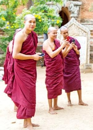 담마양지 사원의 스님들
