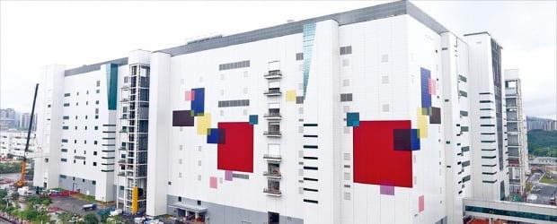 LG디스플레이가 지난달 29일 중국 광저우에 대형 OLED(유기발광다이오드) 패널 공장을 완공하고 본격적인 현지 생산에 돌입했다.  /LG디스플레이 제공