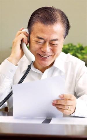 문재인 대통령이 11일 청와대에서 MBC 라디오 프로그램 '여성시대'의 생방송 추석특집 코너에 전화로 출연해 한 택배기사 사연을 소개한 뒤 추석인사를 전하고 있다.   청와대 제공