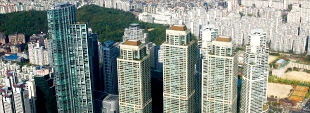 서울 주요 주상복합 단지들이 최근 앞서거니 뒤서거니 사상 최고가 기록을 경신하고 있다. 1세대 주상복합 중 가장 매매가격이 높은 강남구 도곡동 타워팰리스.  /한경DB