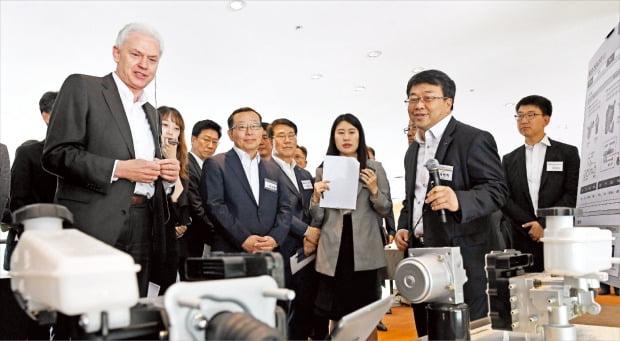 알버트 비어만 현대·기아자동차 연구개발본부장(사장·앞줄 왼쪽)이 지난 5월 28일 경기 화성 남양연구소에서 열린 '2019 상반기 연구개발(R&D) 협력사 테크데이' 행사에서 협력사 제품을 살펴보고 있다.  /현대·기아자동차 제공