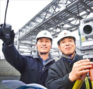 GS칼텍스 직원(왼쪽)과 협력업체 직원이 GS칼텍스 여수 공장에서 현장 점검을 하고 있다.  /GS제공