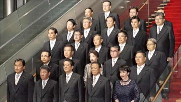 아베 신조 일본 총리(맨 아래줄 왼쪽 세 번째)가 11일 개각을 마친 뒤 도쿄 총리관저에서 새 내각 구성원들과 함께 기념촬영하고 있다.  EPA연합뉴스