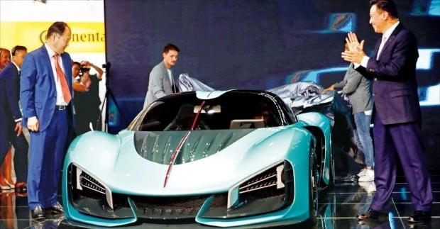 쉬류핑 중국 디이자동차 회장(맨 오른쪽)이 지난 10일 개막한 독일 프랑크푸르트모터쇼에서 전기자동차 브랜드 훙치의 스포츠 하이브리드카 S9을 소개하고 있다.  /연합뉴스
