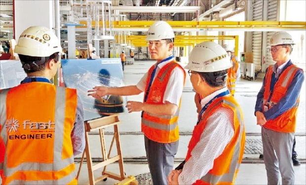 이재용 삼성전자 부회장(왼쪽 두 번째)이 15일 사우디아라비아 수도 리야드에 있는 삼성물산 지하철 건설 현장을 찾아 직원들과 함께 조감도를 살펴보며 얘기하고 있다.  /삼성물산  제공
