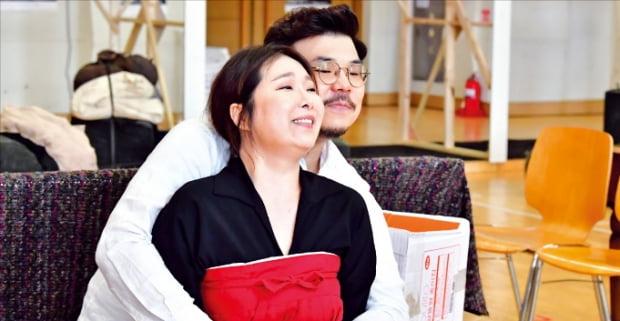 창작오페라 '1945'에서 막난 역을 맡은 바리톤 이동환과 섭섭 역의 메조소프라노 김향은.