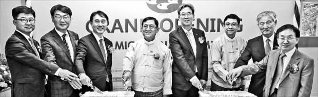 이동빈 수협은행장(왼쪽 다섯 번째)과 우마웅마웅윈 미얀마 기획재정부 부장관(네 번째), 이명섭 수협 마이크로파이낸스 미얀마 법인장(두 번째) 등이 지난 16일 미얀마 네피도에서 '수협 마이크로 파이낸스 미얀마' 법인 출범 기념 케이크를 자르고 있다.  /수협은행 제공