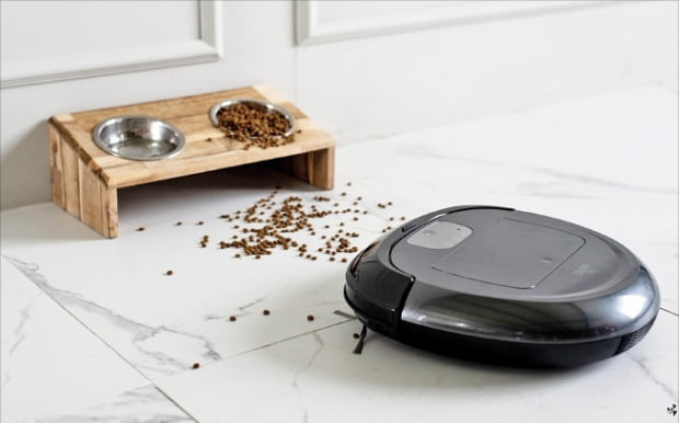 유진로봇의 인공지능 로봇청소기 아이클레보 O5가 집안을 청소하고 있다.