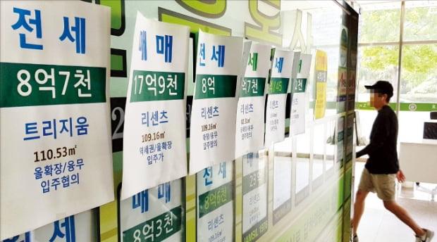 정부의 민간택지 분양가 상한제 시행을 앞두고 청약 대기 수요가 늘면서 서울 아파트 전셋값이 10주 연속 올랐다. 서울 송파구의 한 중개업소에 전세 매물 안내장이 붙어 있다.  연합뉴스