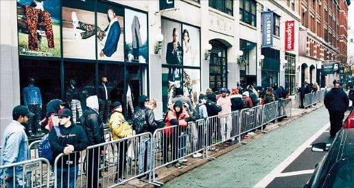 슈프림 뉴욕 매장 앞에서 '드롭'을 기다리는 사람들